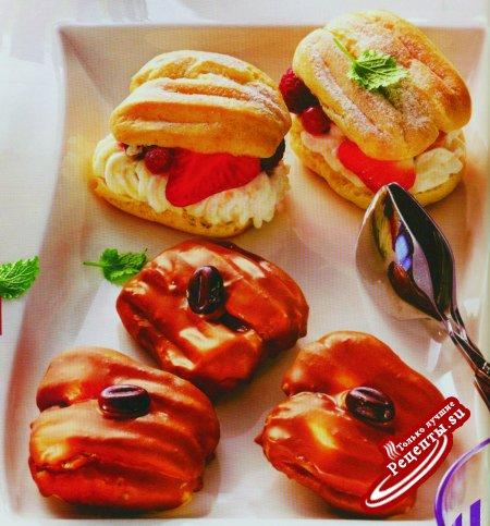 Маленькие эклеры с йогуртом и красными ягодами