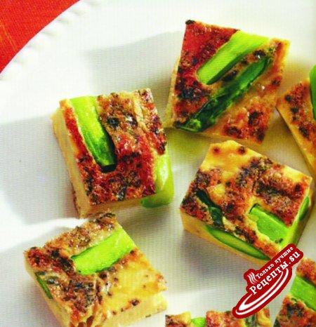 Омлет со спаржей под изысканным зеленым сырным соусом