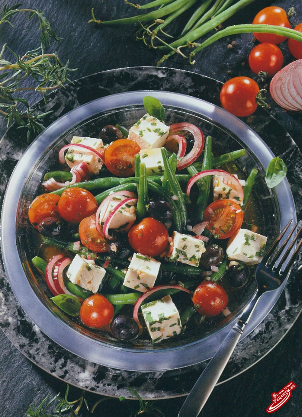 Зеленая фасоль, помидоры и сыр