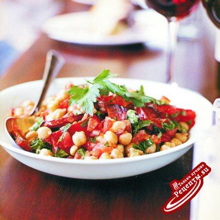 Испания. Салат из нута, томатов и колбасы чоризо