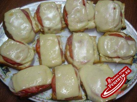 Тосты с копченой колбасой.