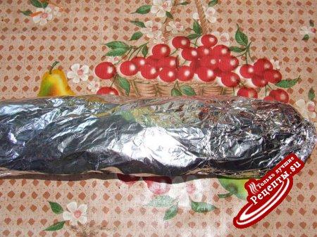 рулет из куриной грудки с ветчиной, оливкам и корнишонами, приготовленный на углях