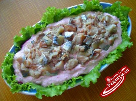 Салат из копченой скумбрии с молодым картофелем и молодой свеклой