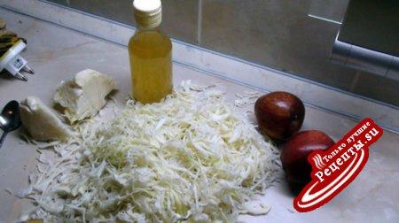 Капуста тушёная с изюмом, яблоками и мускатом.