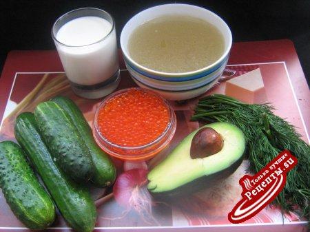 Холодный огуречный суп с икрой и авокадо.