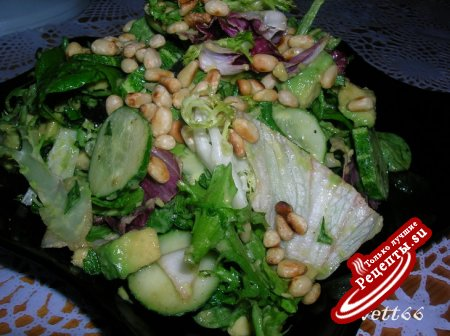 Зеленый салат с авокадо и кедровыми орехами
