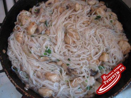Рисовая вермишель с курицей и грибами