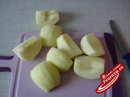 Капуста тушоная с мясом и яблоками