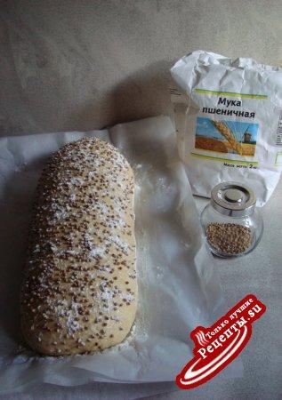 Хлеб с ветчиной и помидорами.