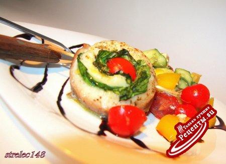 Спиральки из белой рыбы с лимонным маслом, шпинатом и томатами черри.