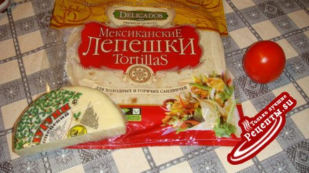 Мексиканские лепешки Tortillas запеченые с сулугуни и помидором.