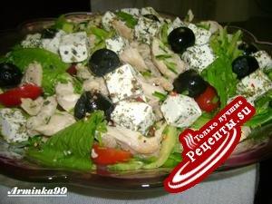 Греческий островной салат с курицей и авокадо