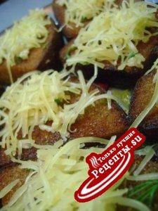 Гренки из чёрного хлеба с сыром и чесноком
