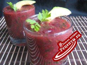Холодный суп из красной смородины и помидоров с авокадо