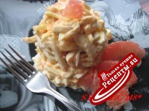 Кальмары с жареным яйцом и грейпфруктом