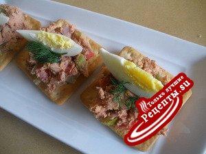 Крекеры-канапе с салатом из ливерной колбасы
