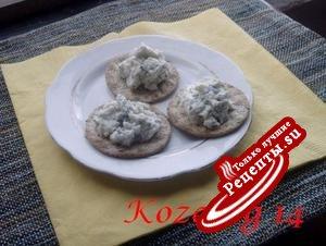 КРЕКЕРЫ с голубым сырным маслом