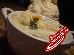 Кремово - молочный суп с цветной капустой.