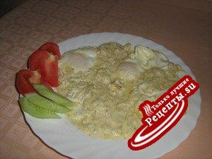 Любимая яичница в сметанно-луковом соусе