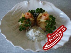 Молодой картофель со сметанным соусом и увенчан красной рыбой