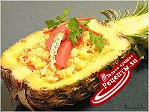 Острый рис с креветками в ананасе по-тайски