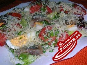 """Салат """" Экспромт """" с сельдью, спелыми помидорами и сыром"""