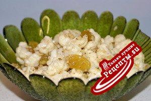 Салат из цветной капусты с изюмом, орехами и чесноком