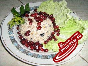 Салат из куриной грудки с черносливом и маслинами