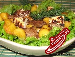 Салат из куриной печенки с персиком и жареным сыром