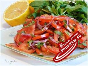 Салат из помидоров с мятой, с лимонной заправкой.