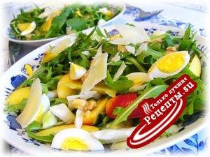 Салат из руколы с нектаринами, фенхелем и перепелиными яйцами