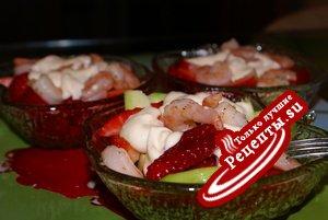 Салат-коктейль из авокадо с креветками и клубникой