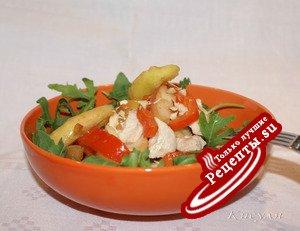 Салат с индейкой, руколой и яблоками в карамели