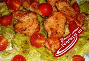 Салат с куриными грудками и дипом из авокадо