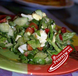 Салат с мягким сыром и кисло-сладкой заправкой