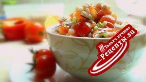 Салат с перловкой и помидорами, лимонная заправка.
