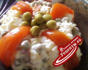 Салат с рыбой и маринованным перцем.