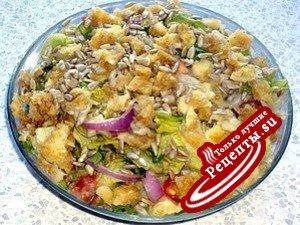 Салат с сырными гренками в соусе из авокадо