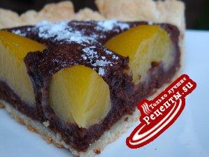 Шоколадный пирог с персиками