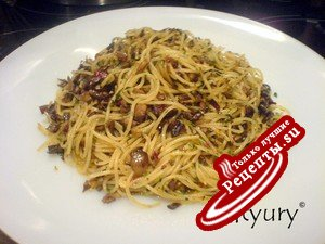Спагетти ал денте с острым чесночно-грибным соусом