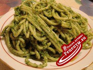 Спагетти с зеленым соусом