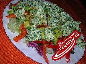 Сырный салат с авокадо, сладким перцем и грецкими орехами