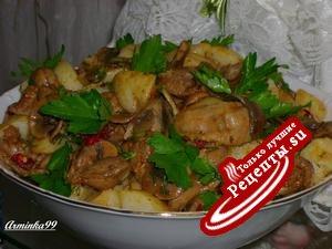 Теплый салат из куриных желудков с картофелем и грибами