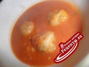 Томатный суп с фасолью и клецками с пармезаном