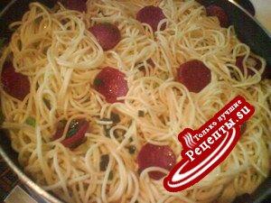 vazdushni omlet so spageti i kolbasoi saliami