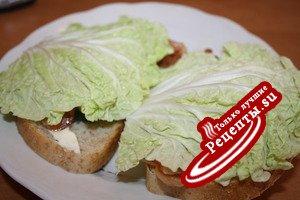 Вкусный сэндвич с хрустящим беконом