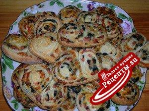Закусочные мини-рулетики к супу с маслинами и ветчиной