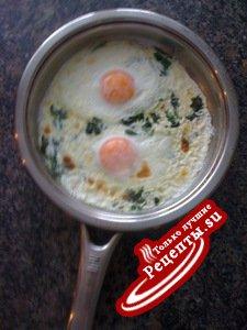 Завтрак из яиц со шпинатом