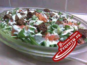 Зелёный салат с сёмгой и гренками под «Зелёным соусом».